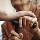 Oude handen en zorg.jpg